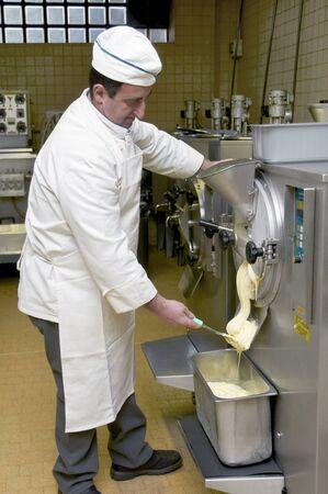 cocinas industriales: de trabajo de confitería, con postres de pastelería y heladería