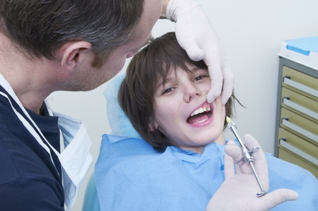 dientes con caries: niño durante una visita al dentista. clínica del médico