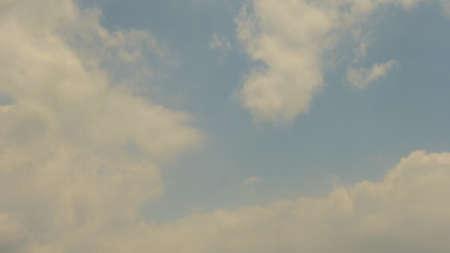 vapore acqueo: Il vapore acqueo si condensa in nubi