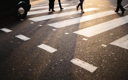 タクシーのロンドンの横断歩道で歩行者に道を譲り