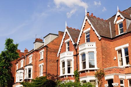 fila: Casas británicas típicas en Londres Foto de archivo