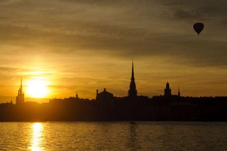 Vue de Stockholm vieille ville Gamla Stan et le port au coucher du soleil