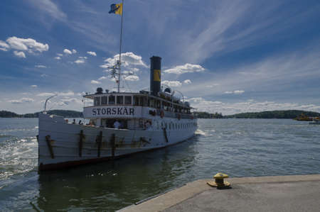Ancien navire de tourisme Storskar approche Vaxholm port de l'archipel de Stockholm, Su�de �ditoriale