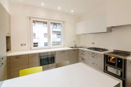 Int�rieur de la cuisine moderne avec armoires en bois et tableau blanc