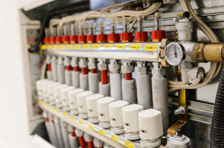 Des tuyaux et des vannes isol�s dans un syst�me de chauffage et de climatisation centralis�e Banque d'images
