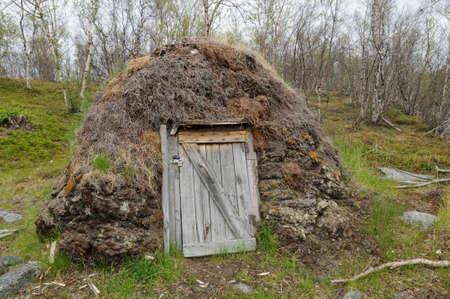 Sami culture: a turf goat hut (gaicagoahti) in a Sami Camp in Abisko National Park Stock Photo