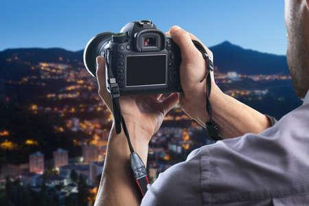 Joven tiene cámara negra digital moderna Foto de archivo