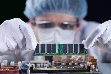 Científico que trabaja con una placa base de computadora, concepto de tecnología Foto de archivo