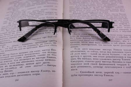 gafas de lectura: Leyendo gafas en un libro abierto