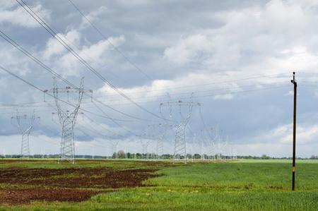 Tragbarer elektrischer Strom, insbesondere einer, der von Masten oder Masten getragen wird. Stromleitung. Standard-Bild - 92241600
