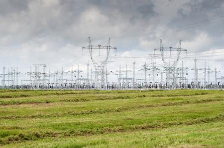 Verteilerkraftwerk. Grünes Gras und blauer Himmel. Stromleitung. Standard-Bild - 92241601