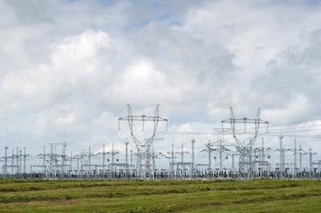 Verteilerkraftwerk. Blauer Himmel und grünes Gras. Standard-Bild - 92241602