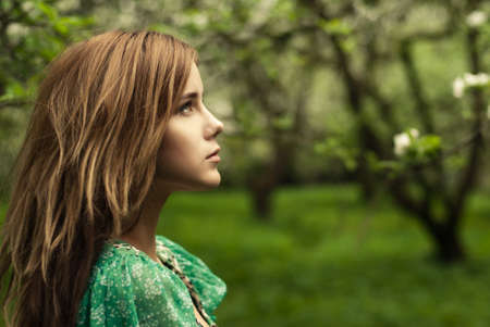 mirada triste: retrato de una bella muchacha en el parque
