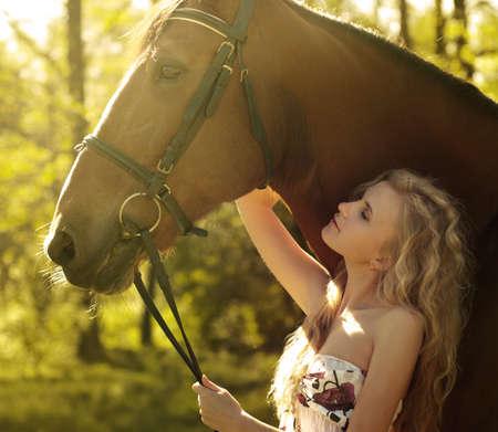 mujer en caballo: rubia hermosa y caballo Foto de archivo