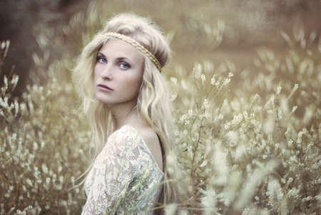 rubia hermosa en el campo Foto de archivo
