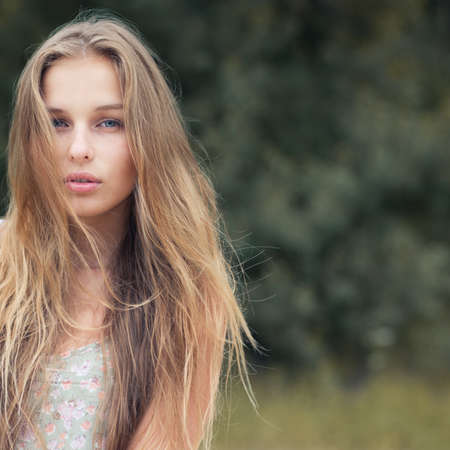 rubia: retrato de una hermosa rubia al aire libre en el parque