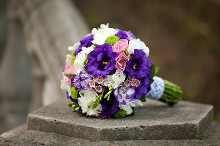Schöne Hochzeit Tabelle Mit Blumendekoration In Blau, Weiß Lila Und ...