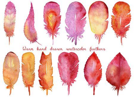 colores calidos: Conjunto de plumas dibujadas a mano acuarela. naranja caliente, los colores amarillo y morado. Ilustración de la acuarela en el fondo blanco. Ideal para web, impresión, decoración, folletos, sutes, banderas, textil, papel, etc.