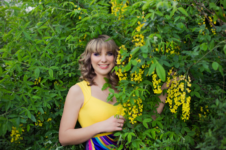 Outdoor spring portrait of a beautiful woman. Attractive smiling girl in white flowers 免版税图像