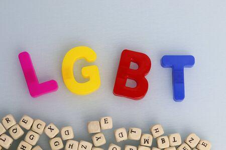 Símbolo de la comunidad LGBT sobre un fondo blanco y corazón rojo. Derechos humanos, igualdad. Firmar para lesbianas, gays, bisexuales y personas. Concepto LGBT. Copyspace para texto Foto de archivo
