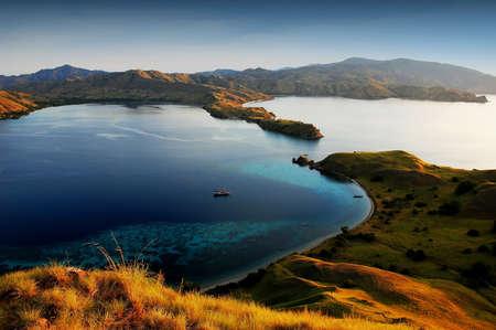 komodo: Isola di Komodo in Indonesia tramonto