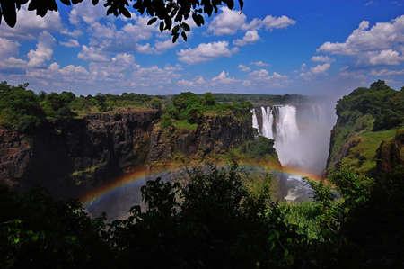 zimbabwe: Las Cataratas Victoria en Zimbabwe con el arco iris Foto de archivo