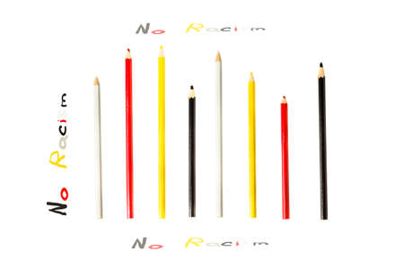 """racismo: conceptual de fondo con l�pices de color rojo, negro, blanco y amarillo con la inscripci�n """"Sin Racismo"""", ning�n concepto el racismo"""