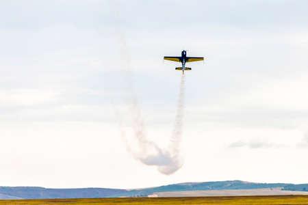 航空ショーで、小型の飛行機が地上の空気の曲芸を見せ煙を許可 写真素材