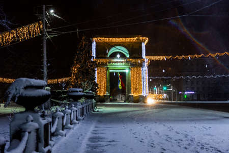 snow-covered and decorated streets of the city in the winter Banque d'images - 111782472