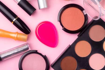 cosmetici professionali su sfondo rosa. Lay piatto, sfondo per il trucco. prodotti cosmetici
