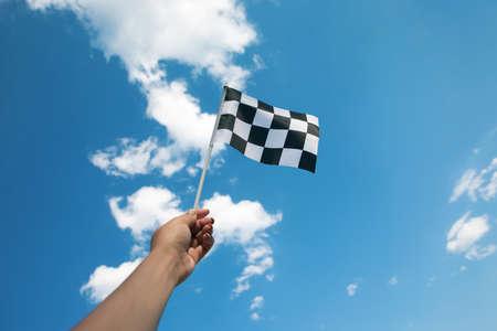 hand holding a checkered flag 免版税图像