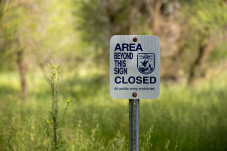 Near Willows, CA, April 27, 2020. Fish and Wildlife sign saying that the area behind the sign is closed to the public 新闻类图片