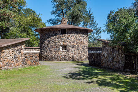 Sonoma, CA, USA, 2020-02-23. Robert Louis Stevenson State Park in the Spring, showing the pigs house Redactioneel