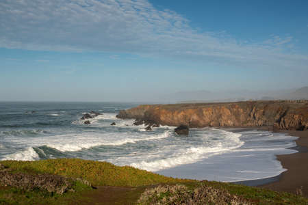 Landscape view of Sonoma Coast in California, USA, seen from the Schoolhouse beach parking lot, on a cloudless, blue sky day and plenty of copy-space Stockfoto