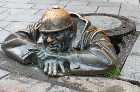 gullet: Bronze sculpture of man at work in Bratislava, Slovakia