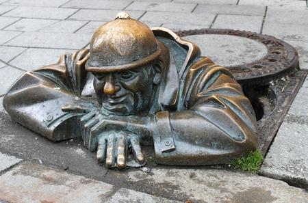 gullet: Escultura de bronce del hombre en el trabajo en Bratislava, Eslovaquia Foto de archivo