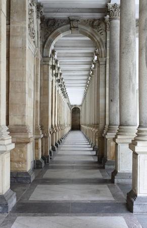 columnas romanas: Karlovy Vary, Rep�blica Checa - 17 de julio de 2011: Columnata de Karlovy Vary