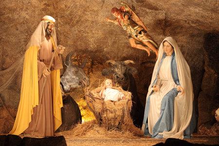 VATICANO - 25 de diciembre: La escena de la natividad de la cuna de Navidad el 25 de diciembre de 2011 en la Ciudad del Vaticano