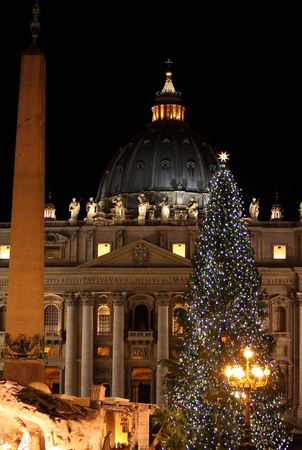 Night view of Saint Peter Basilica in Christmas time. Vatican City, Italy 에디토리얼