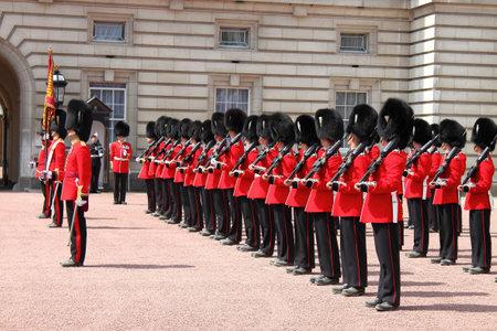 LONDRES - 05 de mayo: Cambio de guardia en el Palacio de Buckingham el 5 de mayo de 2010 en Londres, Reino Unido Editorial
