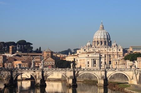 roma antigua: Bas�lica de San Pedro desde el r�o T�ber de Roma, Italia
