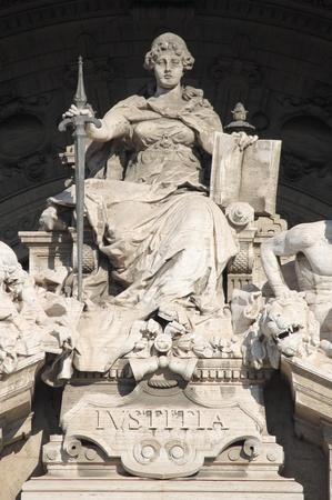 court order: Estatua de la Diosa de la Justicia en el Palacio de Palacio de Justicia de Roma, Italia