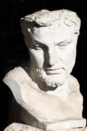 escultura romana: Romano de m�rmol del busto sobre un fondo negro