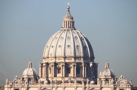 sanctity: La cupola della cattedrale di San Pietro nella Citt� del Vaticano Editoriali