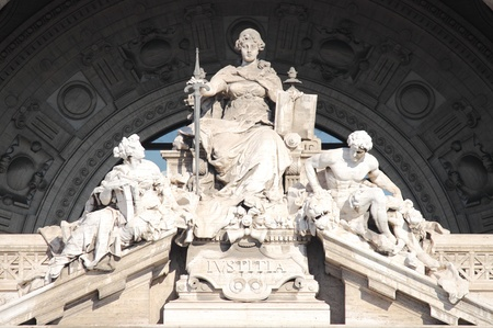 jurado: Estatua de la Diosa de la Justicia en el Palacio de Palacio de Justicia de Roma, Italia
