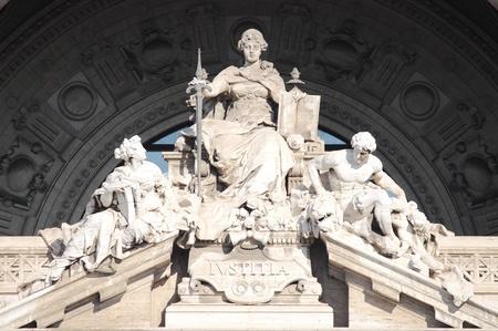 Standbeeld van Justitie Godin in het gerechtsgebouw Paleis van Rome, Italië Stockfoto