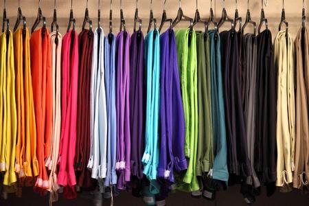kledingwinkel: Vrouwelijke deelnemers aan een modewinkel Stockfoto