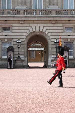 LONDRES - 21 de mayo: la guardia real brit�nica lleva a cabo el cambio de guardia en el Palacio de Buckingham el 21 de mayo de 2010 en Londres, Reino Unido Foto de archivo - 14145765