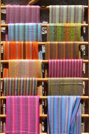 foulards: Sciarpe colorate accatastati in un negozio di moda