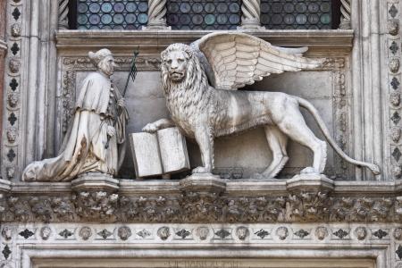 leon alado: El le�n alado y el dux Francesco Foscari en el Palacio Ducal en Venecia, Italia